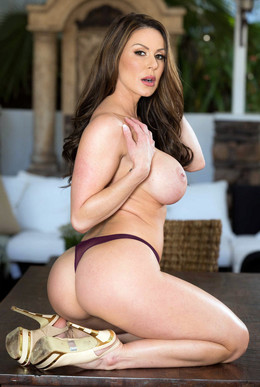 Booty MILF Kendra Lust shows her..